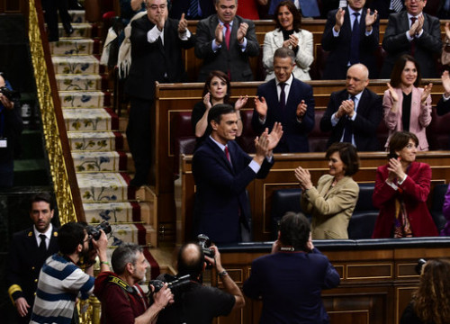 Pedro Sánchez and members of his party applaud after congress confirms him as president on January 7, 2020 (by Jordi Vidal)