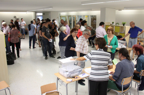 People voting at a polling station in Barcelona (by ACN)