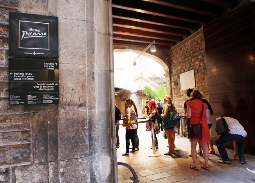 Visitors queuing at Picasso Museum's main entrance (by ACN)
