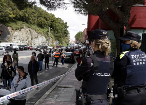 Police regulate entry of French shoppers into Spanish side of El Pertús as lockdown regulations begin to ease (by Marina López)