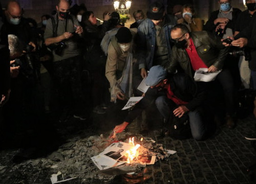 Protesters burning images of king Felipe VI of Spain in Barcelona on October 8, 2020 (by Laura Fíguls)