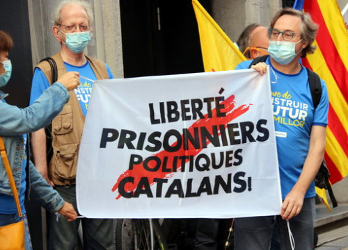 "Protesters in Brussels call for the ""freedom of Catalan political prisoners"" in front of the Spanish embassy on September 11, 2020 (by Nazaret Romero)"
