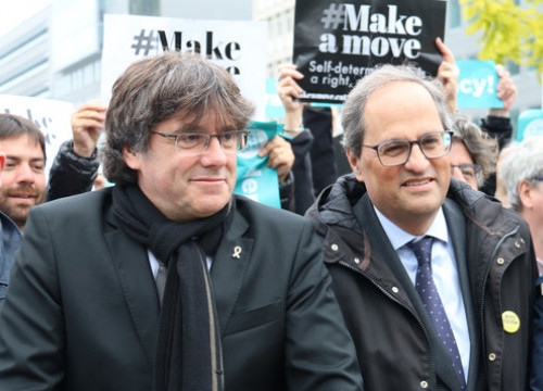 Puigdemont protests alongside his successor Quim Torra outside the European Commission