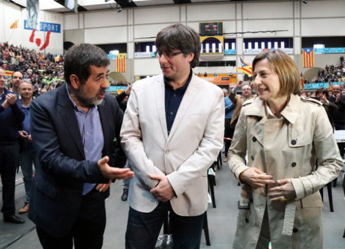 Carles Puigdemont with Carme Forcadell and Jordi Sánchez at the ANC conference (by Núria Julià)