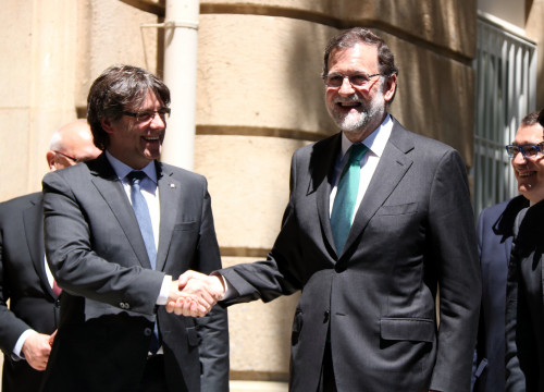 Catalan President, Carles Puigdemont and Spanish President, Mariano Rajoy, shaking hands in Barcelona on May 12th (by ACN)