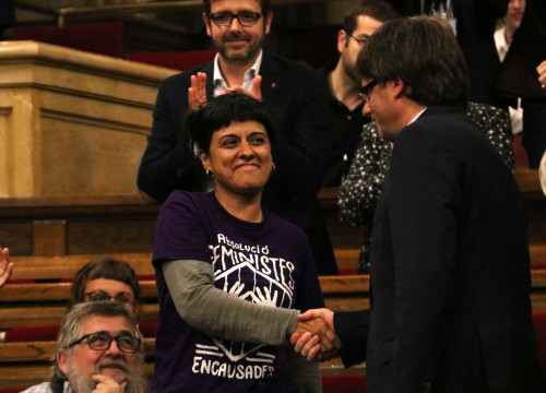 Catalan President, Carles Puigdemont, shaking hands with CUP's MP, Anna Gabriel, after passing the vote of confidene (by ACN)