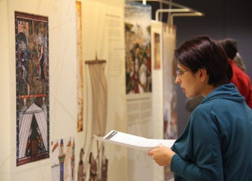 A woman visits the exhibition 'Ramon Llull and the encounter of cultures' in Brussels (by ACN)