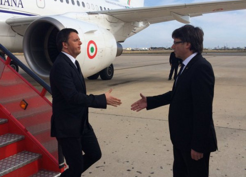 Catalan President, Carles Puigdemont received Italian PM, Mateo Renzi at his arrival in Tortosa (by ACN)