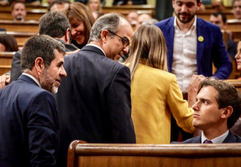 Cs leader Albert Rivera tweeted a photograph of him giving Catalan leaders the cold shoulder