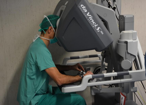 Image of a surgeon using 'Da Vinci' robot (by ACN)