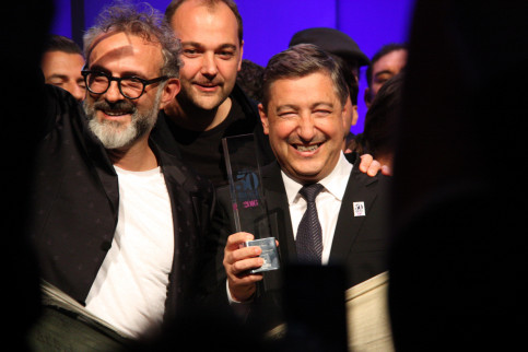 Chef Joan Roca together with winning 'Osteria Franciscana's owner, Massimo Bottura (by ACN)