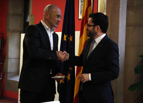Image of new Catalan Minister for Foreign Affairs, Raül Romeva, receiving the portfolio from Catalan Foreign Affairs Secretary, Roger Albinyana (by ACN)