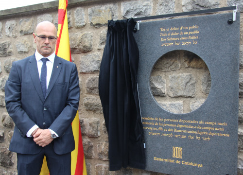 Catalan Minister for Foreign Affairs, Raül Romeva, unveiled a plaque at Mauthausen concentration camp to pay homage to the memory of all the victims of the Nazi concentration camps (by ACN)