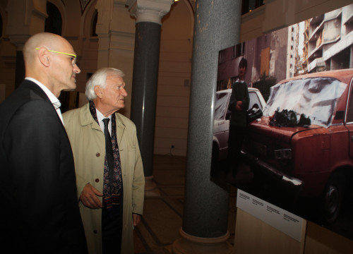 The Catalan Minister of Foreign Affairs, Raül Romeva, looking at a photo of the exhibition in Sarajevo with the former General Jovan Divjak (by ACN)
