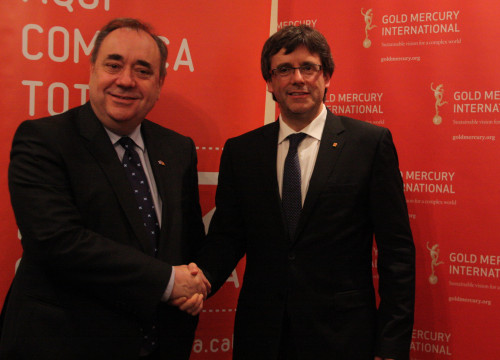Catalan President, Carles Puigdemont and former Scottish First Minister, Alex Salmond, shaking hands after sharing their views in a radio show in London (by ACN)