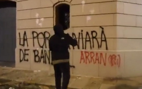 Screenshot of video showing an activist spray paiting the Seu d'Urgell Episcopal Palace with a pro-choice message (by Arran)