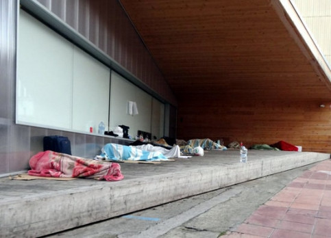 Seasonal workers sleeping outside a building in the center of Lleida (courtesy of Som Veïns)