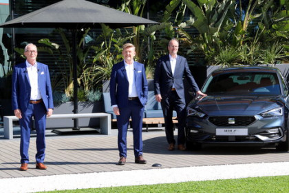 Seat executives pose beside a car (by Àlex Recolons)