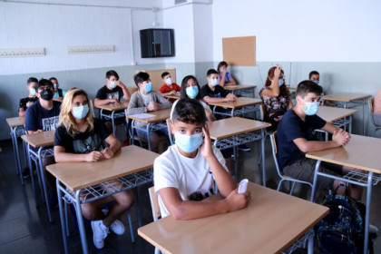 Secondary school students in Tortosa on the first day of the 2020-2021 academic year (by Jordi Marsal)