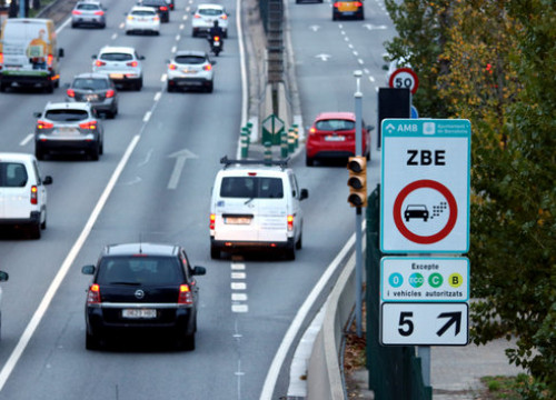 Sign for Barcelona's low emission zone (by Miquel Codolar)