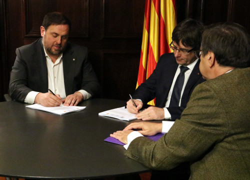 Catalan President, Carles Puigdemont and Catalan Vice President, Oriol Junqueras, signing the TC's notice which suspends the Government's plan to call a referendum in September 2017 (by ACN)