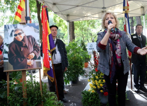 Singer Marina Rossell performs in Paris at the event inaugurating a street named after Resistance fighter and Ravensbrück survivor Neus Català (by Nazaret Romero)