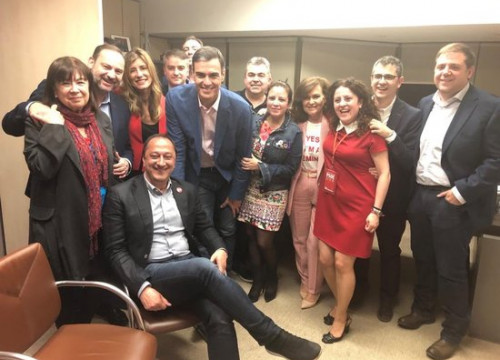 Pedro Sánchez celebrates victory on election night with his campaign team