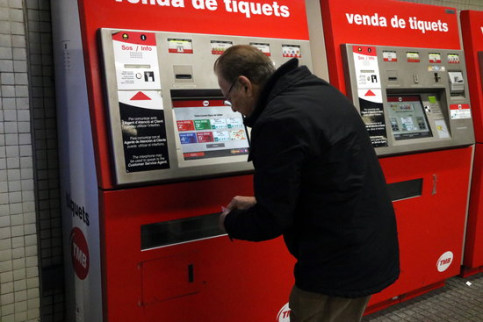A commuter buying up a metro ticket on December 28 2017 (by Josep Molina)