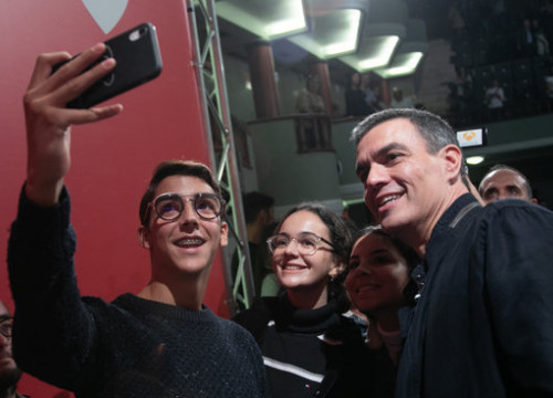 Spain's acting president Pedro Sánchez takes a picture with two young supporters in the Canary Islands on October 26, 2019 (by PSOE)