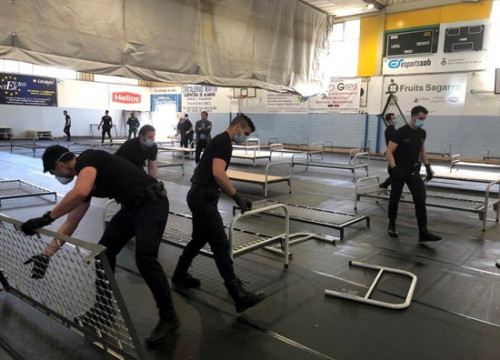 Spanish Guardia Civil officers setting up beds at a sports center in Sant Andreu de la Barca (Courtesy of Sant Andreu de la Barca council)