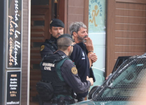 Spanish police officers detaining one of the CDR activists accused of terrorism in Sabadell on September 23, 2019 (by Miquel Codolar)