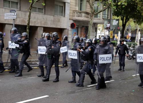 Spanish police officers in Barcelona on October 1, 2017 during the Catalan independence referendum (by Jordi Play)