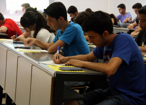 Students doing a test at Universitat Autònoma de Barcelona (by ACN)
