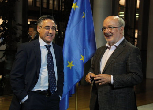 Catalan MEPs Josep Maria Terricabras and Ramon Tremosa talking in front of an EU flag in the European Parliament headquarters in Strasbourg (by ACN)