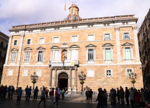 The Catalan government headquarters with a yellow ribbon banner on the facade (by ACN)