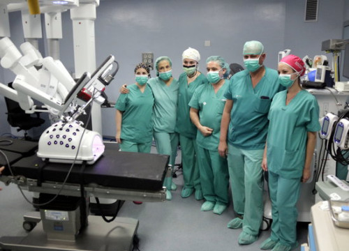 The surgical team at the Arnau de Vilanova hospital in Lleida poses next to the Da Vinci medical robot (by Anna Berga)