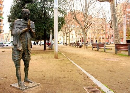 The statue of Mahatma Gandhi in Jardinets de Gandhi in Poblenou district (by Neringa Sinkeviciute)