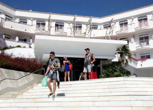 Tourists leaving their hotel in Lloret de Mar, in Girona's region (by ACN)