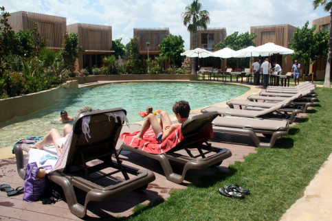 Tourists sunbathing at a camping, in Giron region (by ACN)