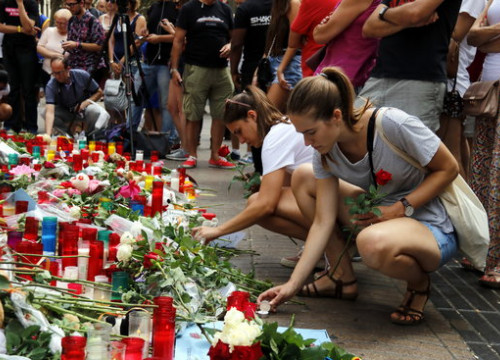 Two girls light candles at the Barcelona terror attack memorial on August 20 2017 (by Jordi Pujolar)
