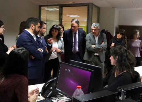 Vice president Pere Aragonès, social affairs minister Chakir el Homrani and Manresa mayor Valentí Junyent visiting the Specialized Intervention Service (by Laura Busquets)