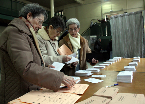 Three women voting in the 20-D Spanish Elections (by ACN)