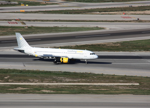 Vueling plane at the Airport of Barcelona (by ACN)