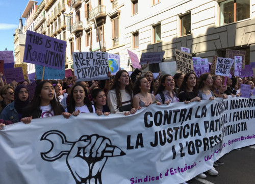 Students rally in Barcelona's city center for International Women's Day strikes (Photo: Alan Ruiz Terol)