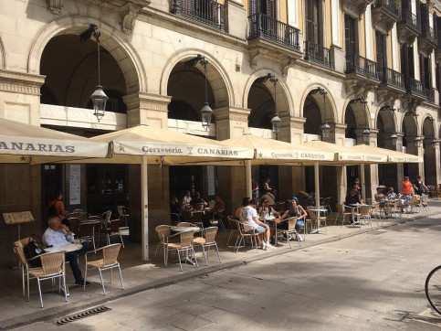Some terraces open in Barcelona's Plaça Reial square, on May 25, 2020 (by Cillian Shields)