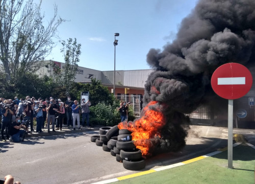 Burning tires outside Nissan's plant in Barcelona, on May 28, 2020 (by Lorcan Doherty)
