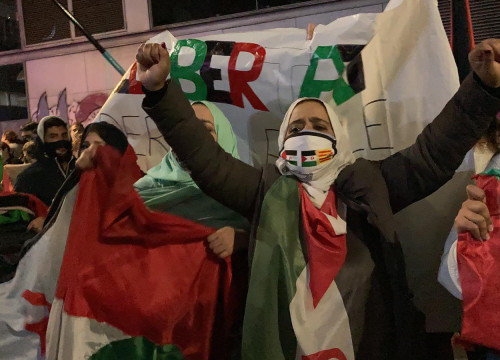 Sahrawi protesters outside the Moroccan consulate in Barcelona, November 18, 2020 (by Alan Ruiz Terol)