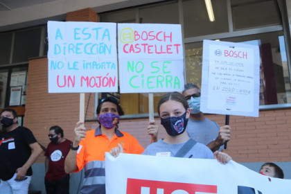 Workers and their family members hold a protest in Vilafranca del Penedès against the closure of a nearby Bosch plant (by Àlex Recolons)