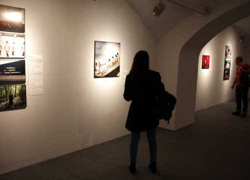 Two visitors of World Press Photo at Barcelona's Centre of Contemporary Culture (CCCB) (by ACN)