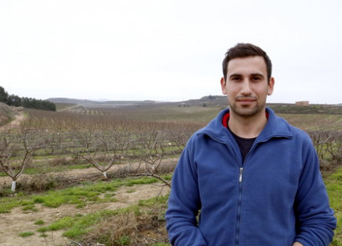 Young farmer Jordi Vidal in Aitona, Lleida (by Laura Cortés)